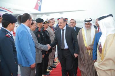 الفريق علي محسن الأحمر يصل البحرين