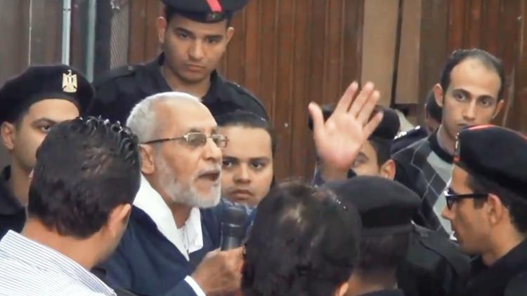 """بالفيديو .. ملاسنة بين القاضي ومرشد الإخوان والأخير يقول .. طلعونا نحرر فلسطين """" أنتم حابسين أسود """" !"""