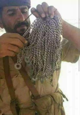 شاهد بالصور .. كمية السلاسل التابعة للمقاتلين الحوثيين في أيدي أحد جنود الجيش الوطني