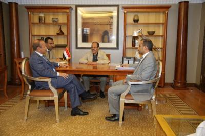 الفريق علي محسن الأحمر يلتقي محافظ محافظة تعز