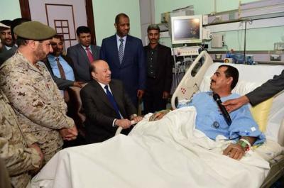 الرئيس هادي يزور رئيس هيئة الأركان العامة ويطمئن على صحته (صوره)