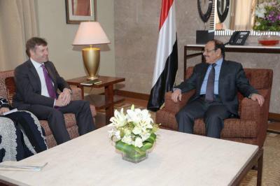 الفريق علي محسن الأحمر يلتقي السفير البريطاني لدى اليمن