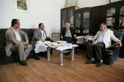 بالصور .. لماذا إنتقد ناشطون الدكتور عبد العزيز المقالح حين إستقبل القيادي الحوثي الصمّاد ؟