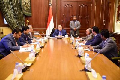 الرئيس هادي يلتقي وزير المالية ومحافظ البنك المركزي