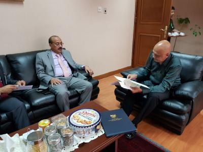 الشميري يسلم نسخة من أوراق اعتماده سفيرا لليمن في اندونيسيا