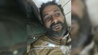 أفراد الجيش الوطني ينقذون مقاتل حوثي تركه رفاقه وظل يصارع جراحه وينزف في صحراء ميدي ( صوره)