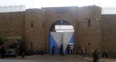 """الحوثيون يقومون بنقل المعتقلين والأسرى من الجنود التابعين للرئيس الراحل """" صالح """" ونجله من السجن المركزي إلى هذا المكان"""