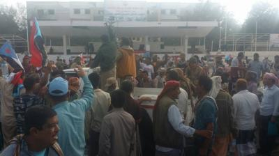 هدوء حذر يسود مديريات عدن عقب مواجهات مسلحة والمحتجون يصلون ساحة العروض