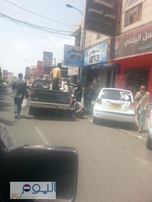"""( شاهد بالصور - فضائح )  جنود من قوات الأمن الخاصة  يبيعون البترول لمواطن  من خزان """" الطقم """""""