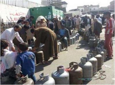 مقتل 4 مواطنين على أيدي مسلح حوثي في طابور على مادة الغاز المنزلي بصنعاء