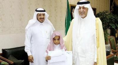 الأمير خالد الفيصل مخاطباً طفلاً يمنيا: أعطيت مثلا أعلى للأخلاق والفطرة الإسلامية ( تفاصيل مؤثرة)