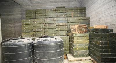 بالصور .. القوات التركية تعثر على مستودع  تحت الأرض وكميات ضخمة من الأسلحة الأمريكية في عفرين