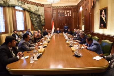 الرئيس هادي يعقد إجتماعاً بهيئة مستشارية بحضور نائبه ورئيس الوزراء
