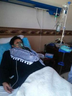 بالصوره .. فائقه السيد بعد الإعتداء عليها من قبل الحوثيين ونقلها إلى المستشفى