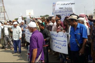 """بالصور .. مظاهرات في عدن أمام مقر التحالف .. وعبارات تصف التواجد الإماراتي بـ """" الإحتلال """""""