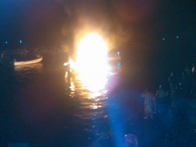 بالصور : إندلاع حريق بميناء الصيد بالحديدة