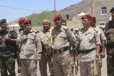 المقدشي ومندوب التحالف يتفقدان الجاهزية القتالية بمعسكر أم ريش بمأرب