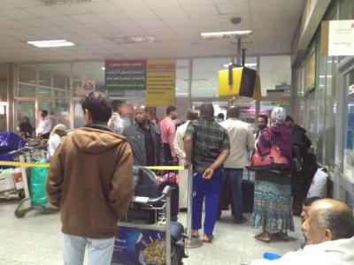 عامل بمطار صنعاء يعيد مجوهرات لأحد المسافرين بعد أن كان قد نسيها