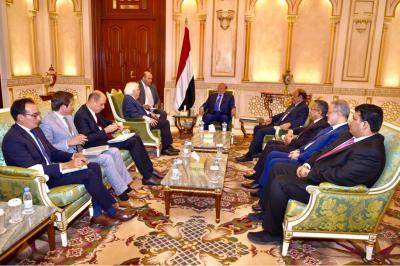 الرئيس هادي وبحضور نائبه ورئيس الوزراء يستقبل المبعوث الأممي إلى اليمن مارتن غريفيث ( صوره)
