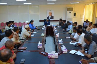 محافظ البنك المركزي اليمني يناقش مع الصرافين تنظيم العمل المصرفي واستقرار العملة