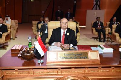 الرئيس هادي : الحكومة الشرعية  تتمسك بخيار السلام ونبذ العنف وإنهاء الحرب واحلال السلام وفقا للمرجعيات المتفق عليها