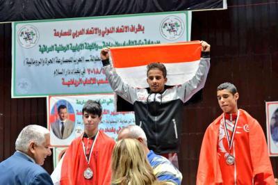 """لاعب المصارعة اليمني """" المقطري """" يرفع إسم اليمن عقب تحقيقه ميداليتين ذهبيتين في البطولة العربية للمصارعة ( صوره)"""