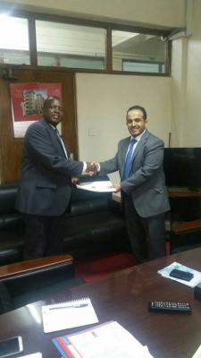 السفير عبد السلام علوي العواضي يقدم نسخة من أوراق اعتماده كقائم بأعمال رئيس البعثة اليمنية لدى جمهورية كينيا