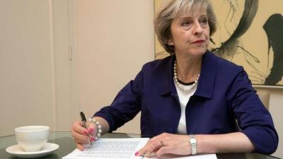 وزيرة الداخلية البريطانية تقدم إستقالتها على خلفية إجراءات بحق المهاجرين .. ورئيسة الوزراء تقبل الإستقالة