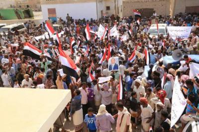 بالصور .. أبناء سقطرى يحتشدون ويجوبون شوارع حديبو وصولاً إلى مقر إقامة بن دغر