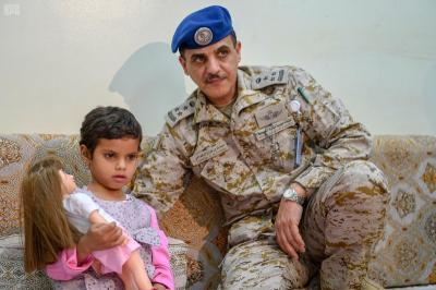بالصور .. ناطق التحالف يكشف تفاصيل إستخدام أب لأبنته الصغيرة كدرع بشري أثناء تحرير مناطق في صعدة وتسليمها للحكومة الشرعية