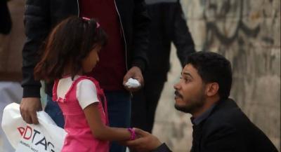 """في إطار برنامج """" الصدمة """" بنسخته اليمنية .. شاهد كيف تصرف يمنيين مع طفلة فقدت امها في الحرب """""""