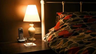 النوم في غرفة مضيئة يعرضك للإصابة بمرض خطير!