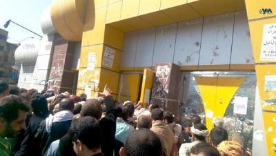 بدء صرف نصف راتب للموظفين في مناطق سيطرة الحوثيين