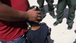 السلطات الأمريكية تعزل مئات من أطفال المهاجرين غير الشرعيين عن عائلاتهم