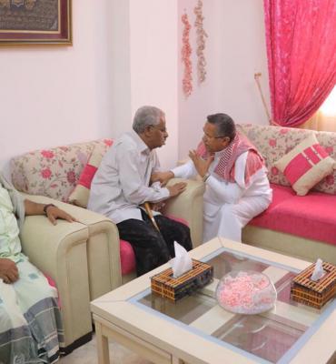 بن دغر يزور الدكتور صالح با صره ويطمئن على صحته ( صوره)
