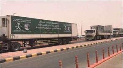 25 شاحنة إغاثية سعودية تعبر منفذ الوديعة تستهدف الحديدة