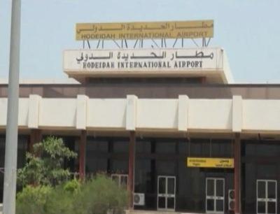 ( شاهد بالفيديو) في تحداً صارخ لتوجيهات رئيس الجمهورية مواطنون بقيادة المدعو علي هندي يقومون بهدم سور مطار الحديدة الدولي
