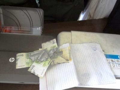 ضبط عملات سعودية وأمريكية ويمنية مزيفة بداخل غرفة في فندق بمدينة الشيخ عثمان بعدن ( صورة)