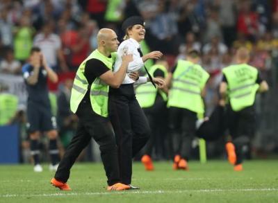"""تعرف على جماعة """"بوسي رايوت"""" التي أوقفت مباراة نهائي كأس العالم بين فرنسا وكرواتيا"""