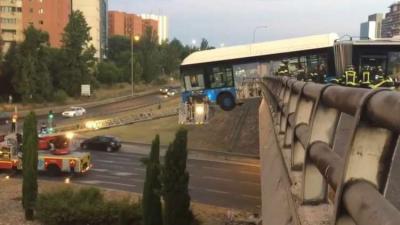 حافلة تتدلى من حافة جسر في حادثة غريبة بمدريد (فيديو)