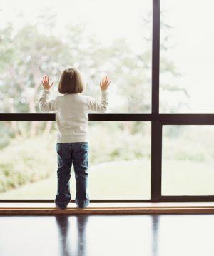 العناية الإلهية تنقذ طفلا سقط من الطابق الرابع (فيديو)