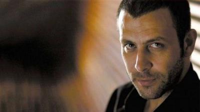 زوج معجبة يبطش بالممثل التركي نجات إشلر ليس غيرة منه وإنما.. (صور)