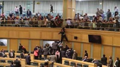 مواطن أردني يقفز من شرفة مجلس النواب (فيديو)