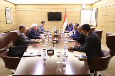 """أثناء تسليم الحكومة اليمنية ردها .. فضيحة للمبعوث الأممي """" مارتن غريفث """" تضعه في خانة المنحاز للحوثيين"""