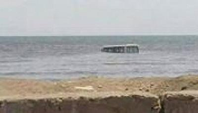 عصابة مسلحة تُغرق باص في البحر وتُصيب 3 جنود في الحديدة