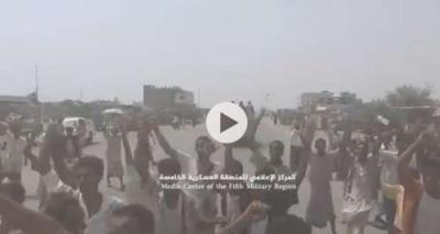 شاهد بالفيديو .. فرحة المواطنين تجتاح حيران اثناء دخول الجيش مركز المديرية
