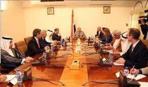 """الرئيس هادي يشكو الرئيس السابق """"صالح """" والجماعات المسلحة وانهيار الاقتصاد لسفراء الدول العشر"""