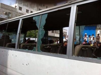 ( بالصور ) قتلى وجرحى إثر هجوم مسلحين على حافلة نقل عسكرية بعدن