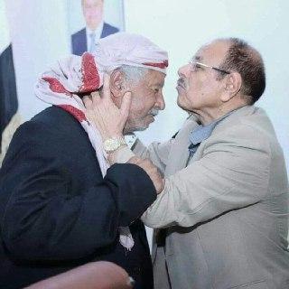 الفريق علي محسن الأحمر يستقبل العميد مفرح بحيبح بقبلة في رأسه ( صوره)