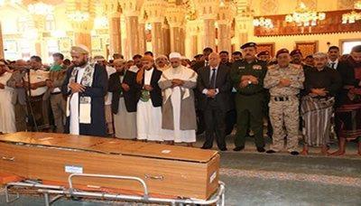 """رئيس الجمهورية يؤدي صلاة الجنازة في جامع """" الصالح """" على جثمان الفقيد صالح حسين الزوعري(صورة)"""